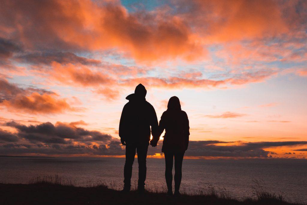 זוג מחזיק ידיים