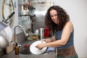 שרון שוטפת כלים